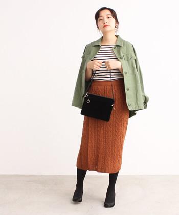 ニット素材のタイトスカートは、秋ファッションに欠かせないブラウンをチョイス。一年を通して活躍するボーダートップスに合わせれば、カジュアルなのに女性らしいコーディネートが完成します。半袖Tシャツが寒い時は、ライトアウターを羽織ればOK。