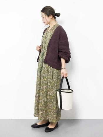 半袖やノースリーブのワンピースに、茶色のカーディガンを羽織るだけで簡単に秋コーデが完成します。特にグリーンは茶色と相性が良く季節感もあるので、カーディガンをプラスするだけで旬の着こなしを楽しめますよ。