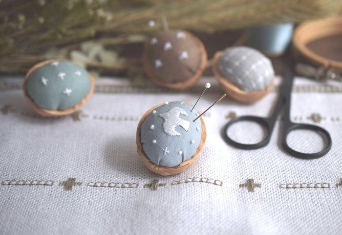 10月と12月に開催される「はじめての刺繍 体験レッスン」は、くるみの殻を使って小さなピンクッションを作る1日だけの体験講座です。針の選び方から図案の写し方、美しく刺すコツなど。刺繍にまつわる基礎知識やテクニックを勉強できるので、初心者さんにぜひおすすめです。