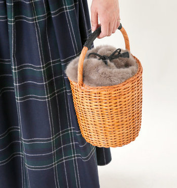春夏のイメージが強いカゴバッグも、ファー巾着を合わせることで秋冬まで大活躍するバッグにグレードアップ♪丸みのあるコロンとした形が特徴で、ガーリーなファッションにもシンプルなファッションにも合わせやすいアイテムです。