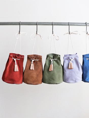 雑誌や衣類など、入れるものを限定したイメージで作られている「TEMBEA(テンベア)」のバッグ。こちらはスエード生地のポーチですが、小ぶりなサイズ感はちょっとしたお出かけにもぴったりなアイテムです。カラーも豊富で、気になる色を選べるのが嬉しいですね。