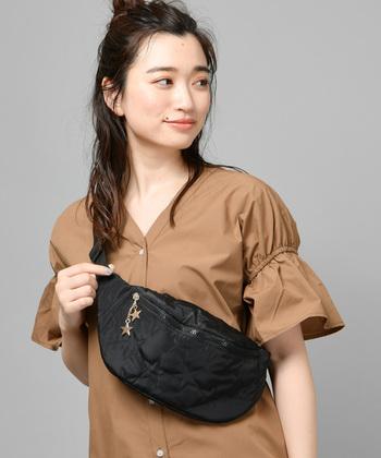 モコモコとした素材感で、秋冬のイメージが強いキルティングバッグ。一見シンプルな黒のウエストバッグに見えますが、良く見ると星のデザインが施されているのがポイントです。ウエストバッグを肩から掛けると、トレンド感のある着こなしに♪