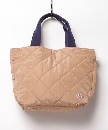 表面はシンプルなキルティングのトートバッグですが、内側はチェック柄があしらわれているアイテムです。軽くてしっかりしたバッグなので、荷物の多い日にも安心して活用できます。ミニショルダーのサブバッグとして、合わせ持ちをしてもオシャレですね。