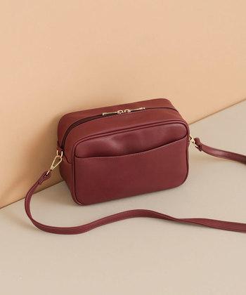 ころんと小ぶりなサイズ感が可愛いスクエア型のショルダーバッグは、深みのあるボルドーカラ―で大人っぽく。スマホやお財布など、必要最低限の物だけを持ち歩きたい時のバッグとしてもおすすめです。