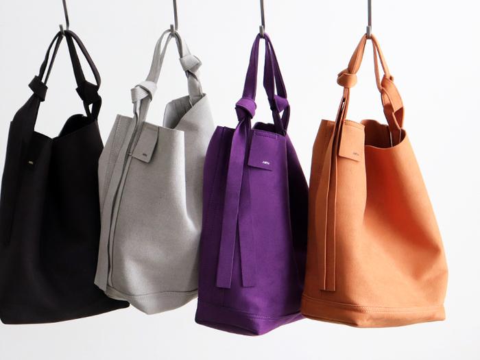 天然皮革の構造を再現したという、マイクロファイバースエードを使って作られたバッグ。使い勝手の良いショルダーバッグで、発色の良さが魅力となっています。特に今季トレンドカラーのパープルは、シンプルコーデのワンアクセントとしても大活躍してくれそうですね。