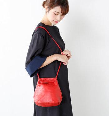 黒のお洋服に映える真っ赤なバッグも、秋ファッションに合わせやすいアイテム。ほどよいサイズ感の巾着バッグは、持っているだけでトレンド感がアップしますね。ベージュやブラウンとの相性が良いので、シンプル過ぎるコーディネートのアクセントにもぴったりです。