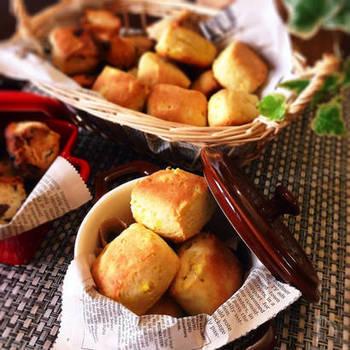 ワンボウルでぐるぐる混ぜて、オーブンで20分ほど焼けば完成!少量のさつまいもで作れる、自然な甘さとしっとり食感が特徴のスコーンのレシピです。画像のように一口サイズで焼けば、お子さんのおやつにもぴったり。