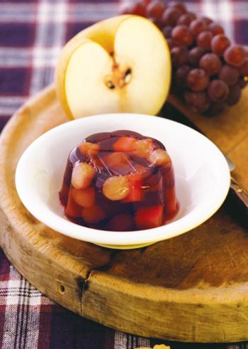 梨とぶどう、秋のフルーツをたっぷり使った贅沢なゼリーレシピです。赤ワインを使ったぶどう色のゼリーは、甘さ控えめで風味豊かな大人の味わいになりますよ。
