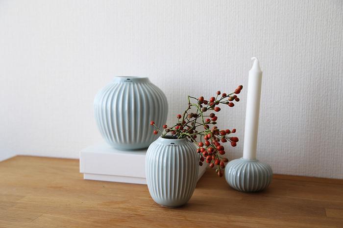 ぽっこり厚みのある温かい印象を与えてくれるフラワーベースにはお花だけでなく、秋から冬を連想させてくれる実のある枝ものが映えます。何もなかったテーブルにそっと秋を運んでくれますよ。