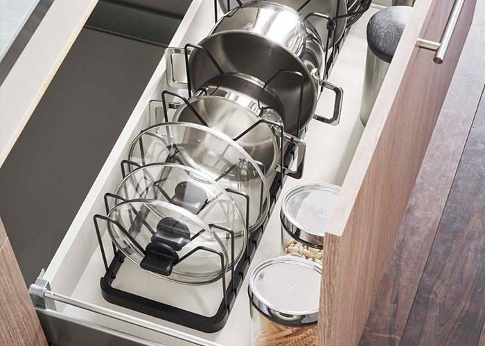 シンク下に鍋やフライパンを収納する方も多いですが、重ねて置くと取り出すときに上に置いたものが邪魔くさいことってありますよね。そんな時には、こちらの鍋蓋&フライパンスタンドを活用しましょう。縦に置くだけで取り出す際の手間が省けますし、見た目にもキレイな収納ができます。