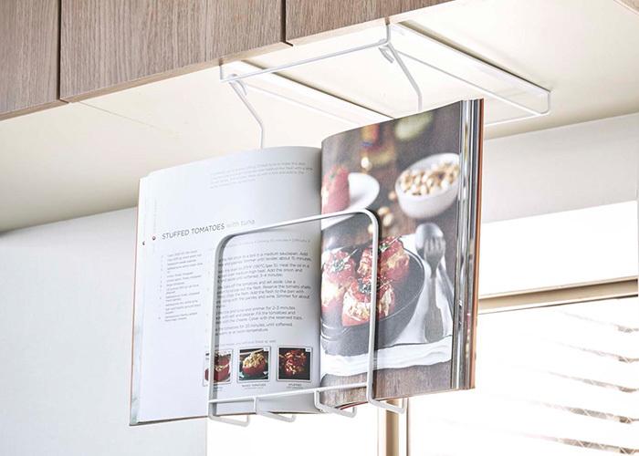 料理本をキッチンに置きっぱなしにしたいけど、ちょうどいい収納場所がないとお困りの方も多いはず。そんな時は、こちらのレシピホルダーを使ってみてください。使わない時は閉じてスッキリ。料理の時は見たいページを開きっぱなしにできるアイテムなんです。