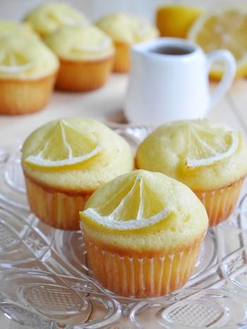 バターではなくサラダ油を使ったはちみつレモンマフィンは、シンプルでさわやかな味がクセになりそう。型に入れて焼く際に、レモンのはちみつ漬けを飾ればより見た目も味もアップし、おもてなしや持ち寄りのスイーツとしても活躍してくれそう。