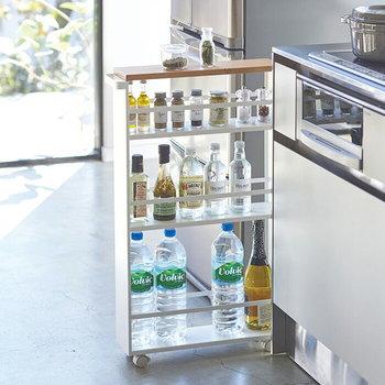 キッチンに収納が少ないと感じているなら、思い切って収納スペースを増やしてしまうのもひとつの方法です。スリムな隙間にスッと差しこめるワゴンタワーなら、ほどよい収納力をオシャレにプラスすることができますよ♪