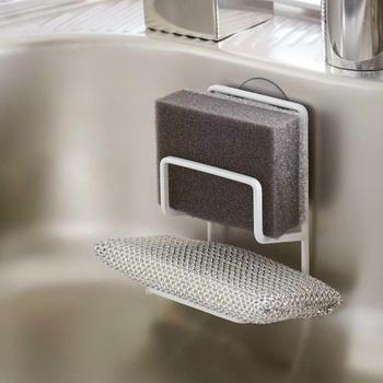 シンクのスポンジホルダーって、掃除がめんどくさい物も多いですよね。それならシンプルなスポンジホルダーに変えてしまうのもアリです。こちらはダブル仕様なので、食器用とシンク用のスポンジを分けて収納することができます。