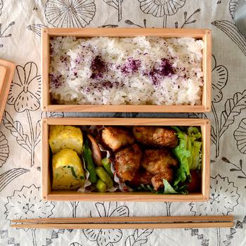 杉の生産量が日本一と言われている宮崎県の杉で作られたお弁当箱は、職人がひとつひとつ丁寧に作り上げたもの。キレイな長方形のお弁当が2段になっていて、ランチはしっかり取りたいという方にもおすすめのサイズ感です。