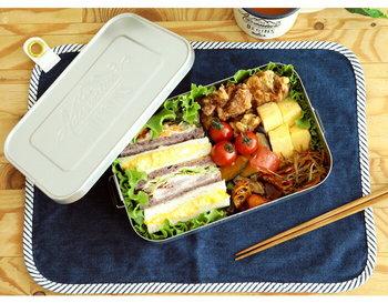 イギリスのブランド「GENTLEMEN'S HARDWARE(ジェントルマンハードウェア)」から生まれたお弁当箱は、アルミ製とロゴのエンボス加工がおしゃれなアイテム。お弁当箱として普段使いするのはもちろん、アウトドアや自宅で小物入れようとして使うのもおすすめです。