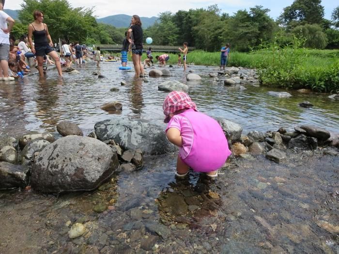 薄根川を挟んだ川辺には、川遊びに絶好の清流公園、眺めが素晴らしいりんご畑、テニスコートやターゲット・バードゴルフを楽しめるスポーツエリアが散在しているので、好みの応じて遊びや散策、アウトドアスポーツを楽しむことが出来ます。 【小さな子供でも安心して川遊びが出来る「清流公園」】