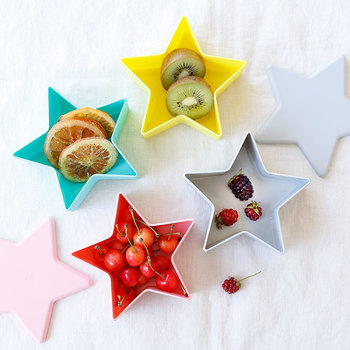 星の形がオシャレな保存容器は、フルーツやサラダの持ち運びにぴったり。少し大きめのサイズ感なので、おすそ分けをしたい時や、おやつにナッツやドライフルーツを持参したい時などにも活用できます。