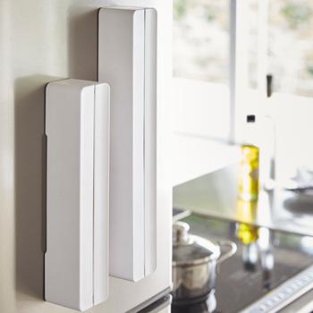 使いたい時に手の届くところにあってほしいラップは、冷蔵庫にピタッとくっつくラップケースでの収納がおすすめ。白でどんなインテリアにも馴染みやすいのも、魅力的なポイントですね。