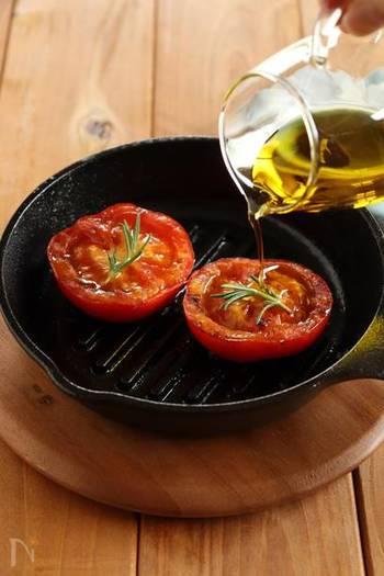 スキレットでじっくりと焼いて、トマトの美味しさを引き出して♪ 味つけはオリーブオイルとブラックペッパーのみ。食材そのもの旨みを堪能できます。