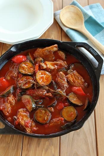お肉の旨みが凝縮したトマトソースは絶品♪ レストランで出てくるようなレシピも、フライパンひとつで出きるなら挑戦しやすいですよね。 鉄鍋のまま食卓へ出せば、歓声があがる華やかさ◎