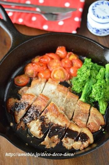 とんかつ用のお肉を使ったボリューム満点のソテー。バルサミコソースが、さっぱりと食べやすく仕上げてくれます。 野菜もスキレットで焼くだけで一段と美味しく◎つけ合わせの野菜が簡単に作れるのもポイントです。