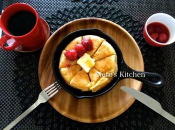 生地に豆腐を入れたヘルシーなパンケーキ。スキレットなら成形しなくても、可愛らしいまあるい形に仕上がるのも魅力♪ カフェのようなおしゃれさは、おもてなしにもぴったりです。
