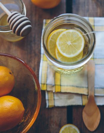 季節の代わり目は体調も崩れやすいので、顔がくすみがちに。ビタミンを補給できるレモンを浮かべて、体の内側からお手入しましょう。