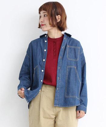 体温調節用には、どんなトップスとも相性のいいデニムシャツがあると便利◎ 着ないときは腰に巻いてもおしゃれ。 汚れが目立ちにくく、きれいめに着こなせるから大人カジュアルにピッタリです。
