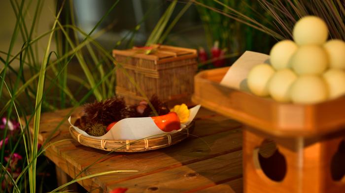 なぜ月を見る行事が旧暦8月15日になったのかも諸説ありますが、この時期は秋収穫シーズンに当たるので満ちた月を豊穣の象徴として祀った説もあります。地域によっては団子の他、里芋などの野菜をお供えする風習があります。