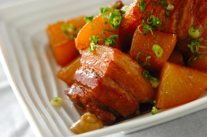 厚めに切った豚バラ肉に、味の良くしみこんだとろとろ大根がよくマッチします。おかずにはもちろん、お酒のお供にもぴったりです。