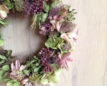 七草全て揃えるのが難しい場合は、七草の中のいずれかのお花が使われているリースなどを飾っても。こちらは、フジバカマの入った大人っぽくシックな秋色のリースです。