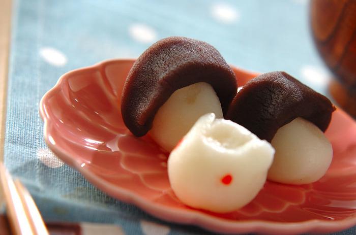 こしあんを巻いたスタイルは関西風。この形は、この時期に収穫される里芋に見立てた説と、ウサギが月で杵を持って餅つきをするという伝承にちなんで杵型とする説もあるそうです。