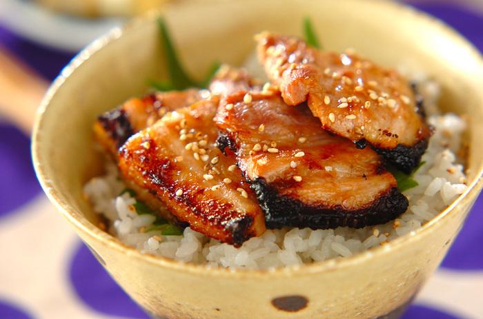 梅肉入りの漬けダレに漬けた豚肉が、サッパリとしていてご飯が進む丼です。大葉ものせて、食欲のない日にも食べられるさわやかさ。