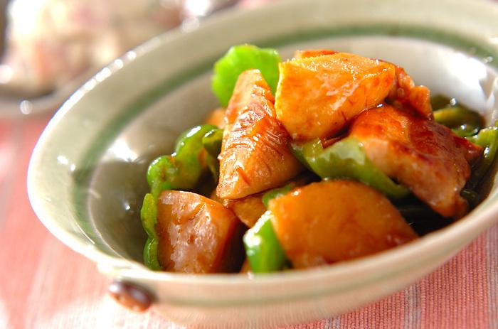 豚バラ肉と水煮タケノコをみりんとしょうゆで炒めた、甘辛い味付けの煮物。こってり目の味付けで、ご飯が進みそうです。