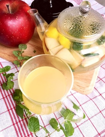 出始めのりんごを使った甘くて温まるハーブティー。シナモンはリンゴとの香りの相性が良いだけでなく、デトックス効果も期待できるそうです。