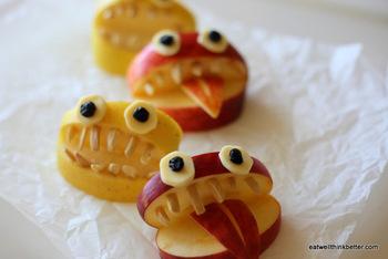 なんとも言えない表情が可愛いりんごのおばけ。一見飾り切りのようにも見えますが、アーモンドやキャンディチーズを使っているのでとっても簡単。メニューのお皿にちょこんと飾れば、子供たちも大喜び!