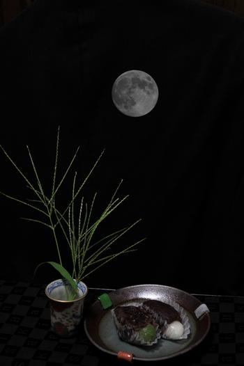 かつては収穫のお祝いとしても大切に行われていたお月見。忙しない毎日を送っているな…と感じたら、月のリズムで暮らしていた時代に思いを馳せながら月を眺めてみて下さい。ささやかな時間でも、きっと心に安らぎをもたらしてくれる事でしょう。