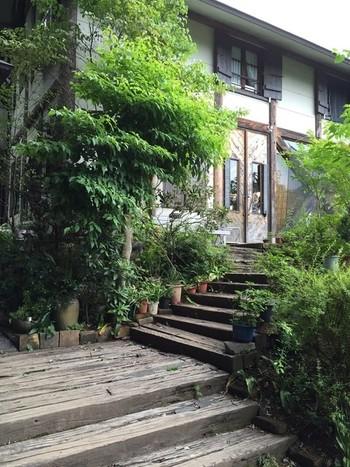 高台の景色のいい場所に立つ、自然に囲まれた隠れ家的イタリアンレストランは、外観からして癒されます。
