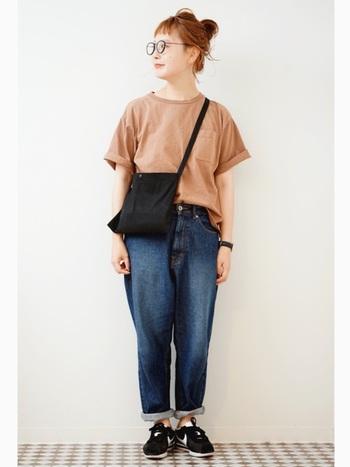 Tシャツは、上品なベージュを選ぶことで、清潔感のあるコーデに。 ボーイフレンドデニムは、くるくるっとラフにロールアップして足首を見せてバランスをとって◎ バッグ、メガネ、時計など、小物の色を黒系で合わせて引き締めるのがポイントです。