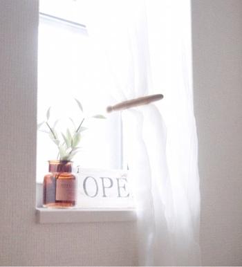 最後にご紹介するのは、棚や窓辺などに飾ったアイテムをしっかり固定させるテクニックです。小さいお子さんがいるご家庭でも、安心して好きな物を飾れますよ。