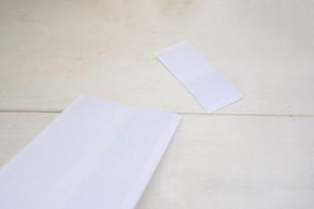 """使うのは、裏側が粘着になっている""""ファスナーテープ""""。ちょうどいい大きさにカットしたら、飾りたいアイテムの底と、置きたい場所とにそれぞれ貼り付けます。"""