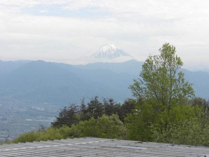 こちらは温泉の外からの風景ですが、露天風呂からでも同じように甲府盆地と山々の景色が堪能できます。お天気がよければ美しい富士山も眺められますよ。