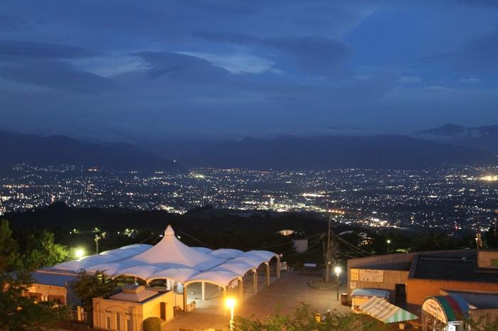 天気のいい日の昼には富士山が見えますが、夜景がとても美しい場所なので少し遅めに行くのもおすすめです。