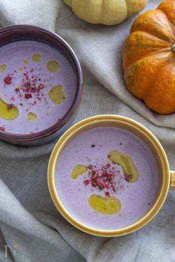 【紫キャベツのポタージュ】 まるで魔女が作ったかのような怪しいスープ…実はこちら、紫キャベツで出した自然の色合いのポタージュなんです。仕上げにオリーブオイルやピンクペッパーで工夫を凝らして。