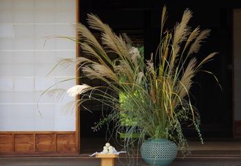中秋の名月では、「すすきと団子」をお供えします。すすきは、月の神様を招く依り代(よりしろ)、団子には収穫への感謝の意味が込められています。団子を食べることで、健康で幸せになれると信じられています。