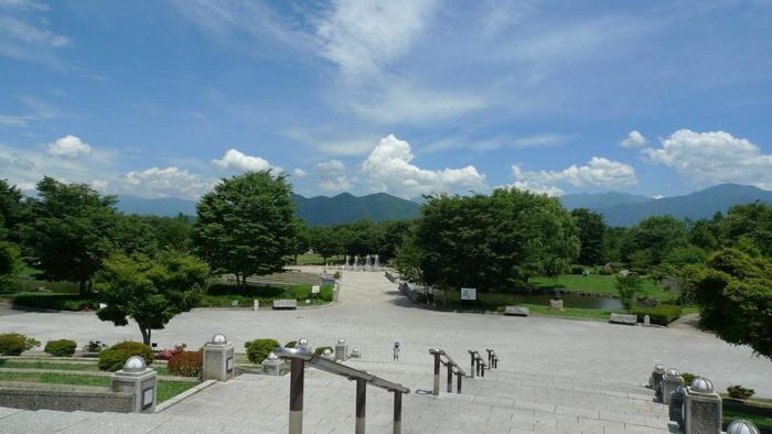 山岳が連なり、起伏に富んだ島国である日本列島は、景観に富み、風光明媚な場所が多くあり、温泉地も全国に3,000箇所以上あります。「道の駅」を旅の中心に据えて地図を見直せば、周辺には必ずといって良いほど、名所や温泉地、観光スポットが多々あります。  【絶好のロケーションで人気の「道の駅 オアシスおぶせ(長野県上高井郡小布施町)」。 ハイウェイオアシスとある通り、上信越自動車道のPAでもあり、高速道路利用者も専用駐車場から入場することが出来る。駅は、通常の施設の他に、美術館や公園がある複合施設となっている。画像は、広大な敷地を誇る「小布施総合公園」。公園内には、野外ステージや遊具広場、デイキャンプ場やテニスコートが配され、一日遊べるようになっている。】