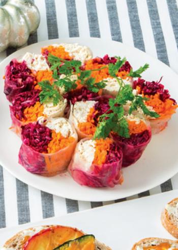 【ハロウィン生春巻き】 人気の生春巻きも、紫とオレンジの食材をミックスすることで、一気にハロウィン仕様に。断面が美しく一口大で食べやすいので、パーティーメニューにうってつけです。