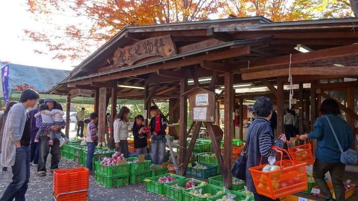 「道の駅」は、地域の魅力がギュッと濃縮した場です。 旬の農産物や郷土料理、景観や人々を通じて、風土や歴史、連綿と継がれてきた地域文化を、リアルに感じられる場所です。  【「道の駅おぶせ」内の地元農産物販売所「おぶせ物語」では、地場産の新鮮な野菜や果実が販売されている。秋の頃は、小布施ならではの、栗や林檎が所狭しと並ぶ。】