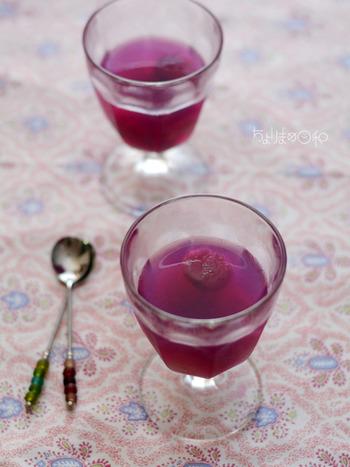 ぶどうのゼリーは定番レシピですが、使うぶどうで色が全く違ってきます。宝石のアメシストのような大人っぽい紫は、巨峰ならではの色。